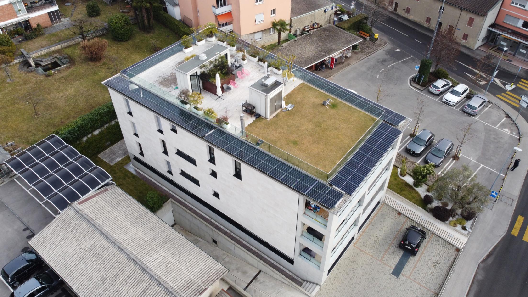 Pannelli solari integrati su tetto verde